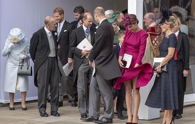 Khoảnh khắc Nữ công tước xứ Cambridge bị cơn gió mạnh trêu ngươi khi đứng cùng nhiều thành viên hoàng giađược cánh săn ảnh trong đám cưới Công chúa Eugenie hôm qua (12/10)nhanh chóng chộp được.
