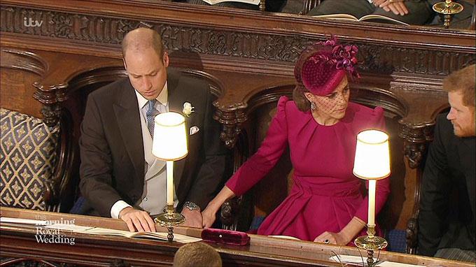Hành động Hoàng tử William nắm tay vợ được cho là một trong những lần hiếm hoi ca hai thể hiện tình cảm chốn đông người.