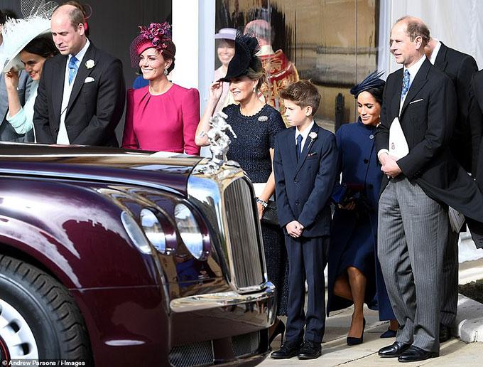 Kate cùng các thành viên hoàng gia như gia đình Bá tước xứ Wessex, vợ chồngHarry - Meghan thực hiện nghi lễ khi xe chở Nữ hoàng tới đám cưới.