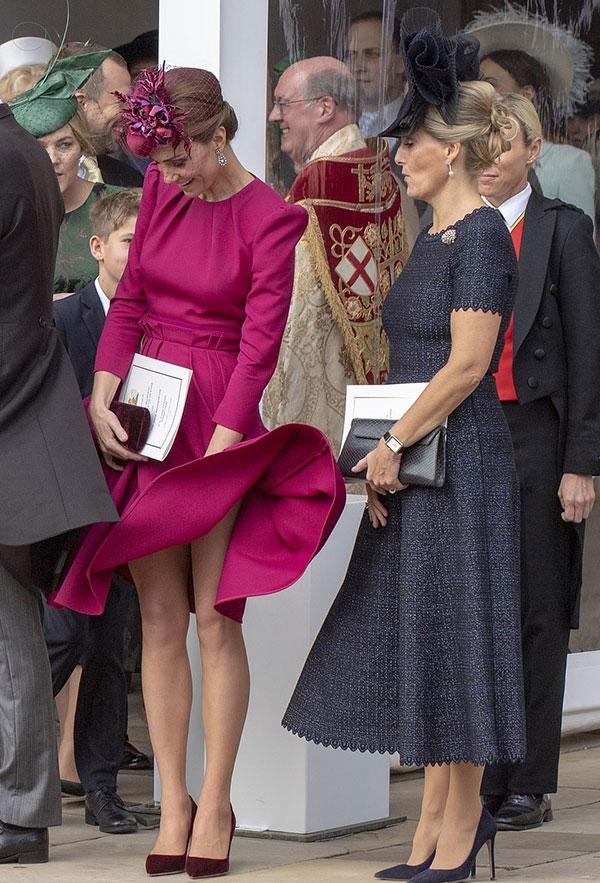 Tới dự đám cưới em họ của chồng, Kate diện một chiếc váy của nhà thiết kế yêu thích Alexander Mc Queen với mũ cùng tông màu. Tuy nhiên, chất liệu dày cùng kiểu dáng quá đầu gối của chiếc váy cũng không cứu nguy được cho Nữ công tước xứ Cambridge do cơn gió hôm qua khá mạnh. Cô trở thành tâm điểm chú ý của những người xung quanh vì giây phút hớ hênh không mong muốn.