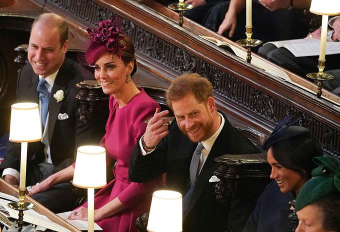 Khi vào trong nhà nguyện St. George, vợ chồng Kate cũng được xếp chỗ ngồi cạnh vợ chồng Meghan. Cả bốn luôn tươi cười trò chuyện với nhau và với những người xung quanh.