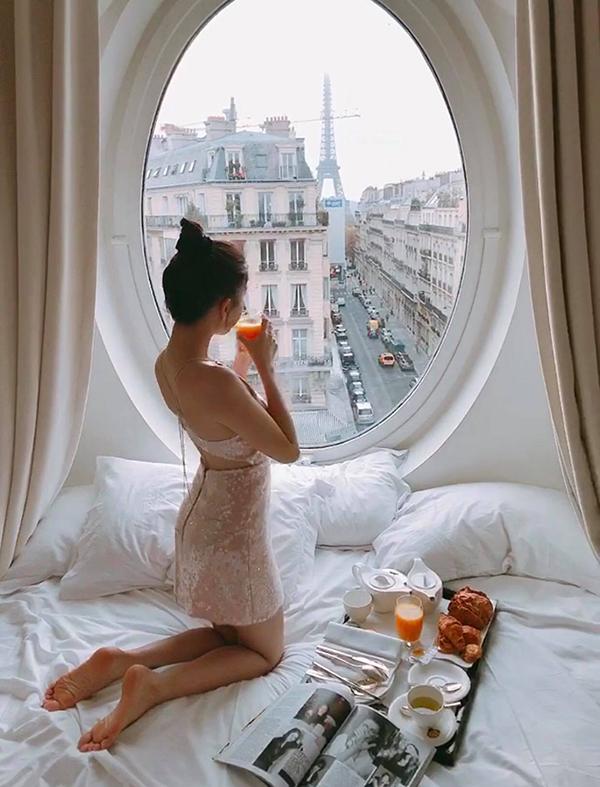 Cô vừa tận hưởng bữa sáng tại giường vừa chiêm ngưỡng vẻ đẹpcủa thủ đô nước Pháp.