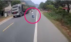 Thanh niên suýt chết vì sang đường không dứt khoát