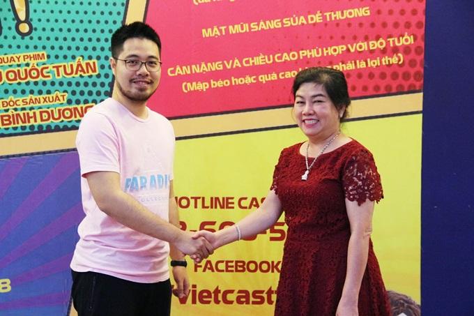 Nhà sản xuất Dung Bình Dương (phải) và đạo diễn Đinh Tuấn Vũ
