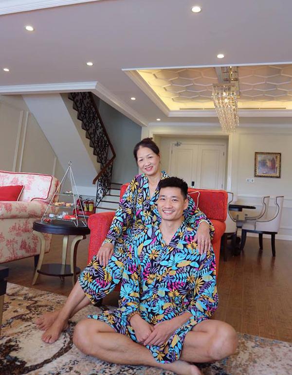 Ông xã Bảo Thanh cũng vui vẻ mặc trang phục giống mẹ ruột để chụp hình kỷ niệm.