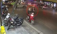 Cô gái bất lực đuổi theo tên cướp điện thoại trên phố Hà Nội