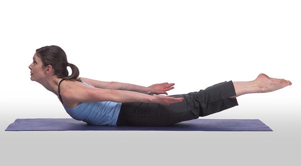 Chuẩn bị ở tư thế nằm sấp, tay và chân duỗi thẳng theo thân, đầu cúi. Nâng cao đầu, ngực, tay và chân lên khỏi mặt thảm. Giữ trong 3 nhịp thở rồi trở về tư