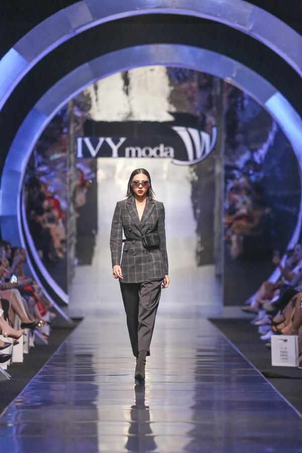 Cú chạm mạnh mẽ giữa âm hưởng châu Âu và xu hướng tương lai được thể hiện hoàn hảo qua các thiết kế Ready-to-wear cho cả hai giới của IVY. Thuộc phân khúc ưu tiên của IVY, các thiết kế nữ được đảm bảo sự thanh lịch, tinh tế nhưng phá cách, khác biệt hoàn toàn với các thiết kế trước đây. IVY đã dỡ bỏ hoàn toàn hình ảnh thời trang nữ công sở để biến hình thành một quý cô thời thượng nhất.
