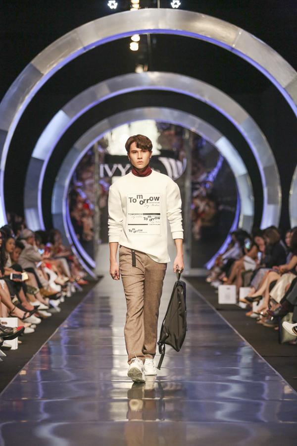 Những mẫu áo hoodie, áo khác ngắn có mũ& mang nét trẻ trung, phá cách theo phong cách streetwear thịnh hành. Quần của nam giới đã hết thời chỉ còn loanh quanh trong quần bò, quần vải& IVY men tôn vinh các dáng quần năng động, ưu tiên cho mọi hoạt động. Phần bo chun gấu hay gấu kéo khóa ấn tượng, dành cho những người đàn ông yêu thích sự thời trang từ những chi tiết nhỏ nhất. Phong cách tương lai ưu tiên các chất liệu mới, ưu tiên đến khả năng sử dụng. IVY đã ứng dụng chất liệu winbreaker (chất liệu chống gió) cho dòng áo khoác nam. Những chiếc áo khoác được nhấn nhá bằng túi hộp, khóa áo độc đáo, phù hợp với phong cách năng động. Hình ảnh trẻ trung mà tối giản của người đàn ông được khắc họa rõ nét chỉ bằng những chi tiết điểm nhấn của BST.