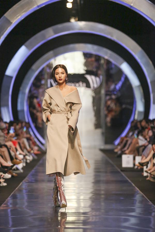 Các mẫu trang phục rời được nhấn nhá bằng các chi tiết tay bồng, nhún eo, xẻ ngực... gỡ bỏ hoàn toàn sự nhàm chán của mẫu áo váy nữ thông thường.