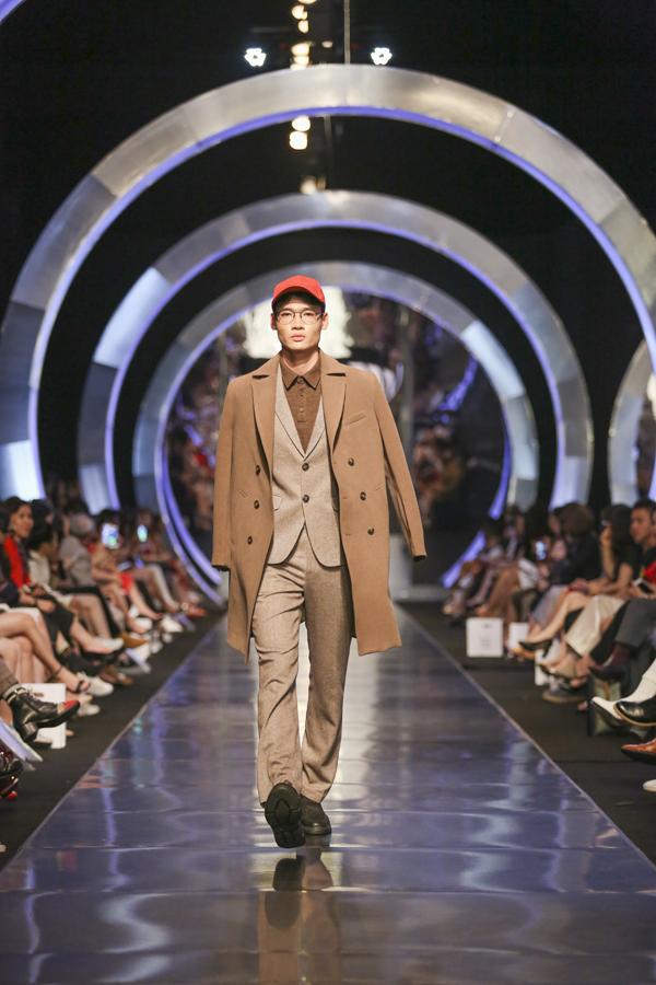 IVY men thực sự gây chú ý với những mẫu suit matchy đặc biệt. Tông màu trẻ trung cùng phom dáng rộng rãi nhưng không làm mất đi nét cổ điển và lịch sự của suit.