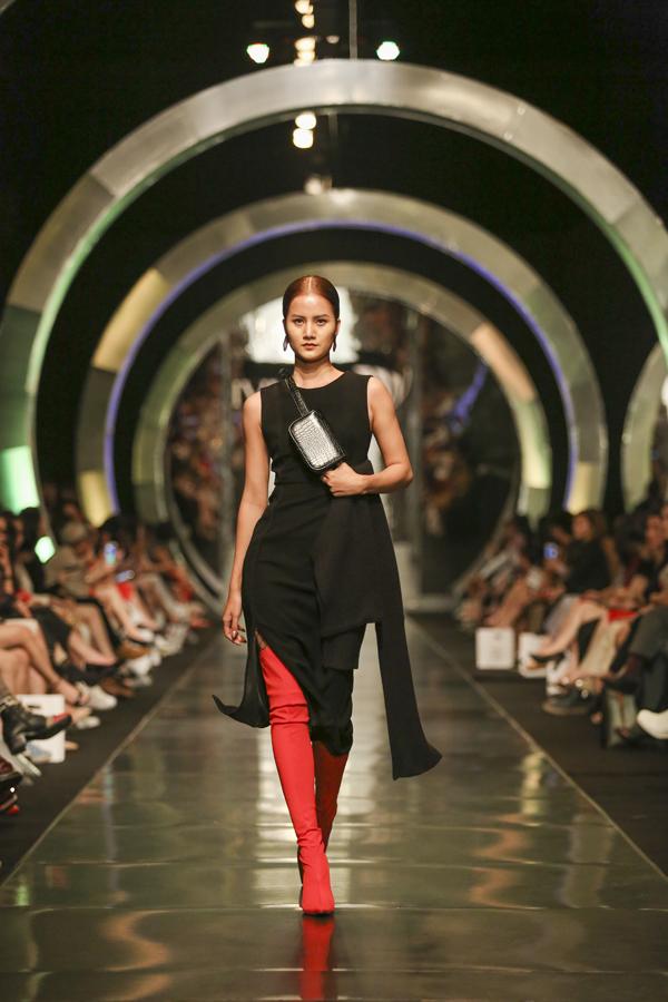 Mỗi BST của IVY moda đều là những bất ngờ với giới thời trang. Và lần này, BST IVY moda F/W không hề làm giới mộ điệu thất vọng khi tái hiện lại tất cả những xu hướng của mùa Thu Đông của thế giới, thổi hồn vào đó nét châu Âu và hơi thở tương lai để giới mộ điệu Việt Nam không hề lạc nhịp trong hành trình thời trang của mình.