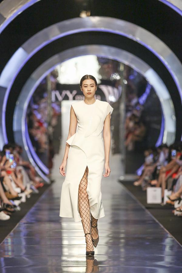 Màu trắng tinh khôi được cách tân với những thiết kế bất đối xứng, nhiều đường cắt xẻ phức tạp.