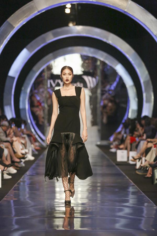 Những thiết kế đầm dài màu đen tuyền với sự uyển chuyển của tassels, nếp ly, ren lưới& Hình ảnh một quý cô thanh mảnh, gợi cảm một cách âm thầm hiện lên khi kết hợp đồ dạ hội Senora cùng đôi giày cao gót trứ danh.