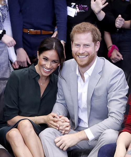 Vợ chồng Hoàng tử Harry trong chuyến thăm tới hạt Sussex hôm 3/10. Ảnh: Reuters.