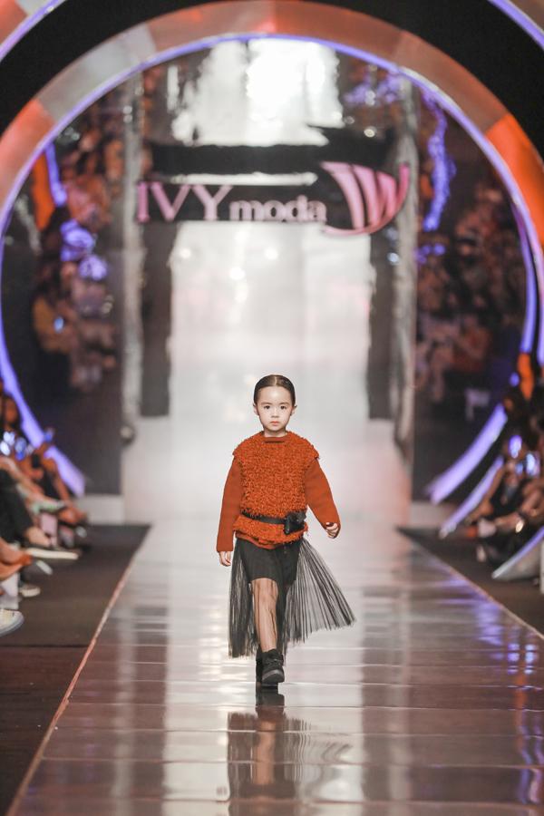 Các chất liệu phao, winbreaker, nỉ mềm& đậm chất Thu đông kết hợp hài hòa trong các thiết kế IVY kids thời trang.