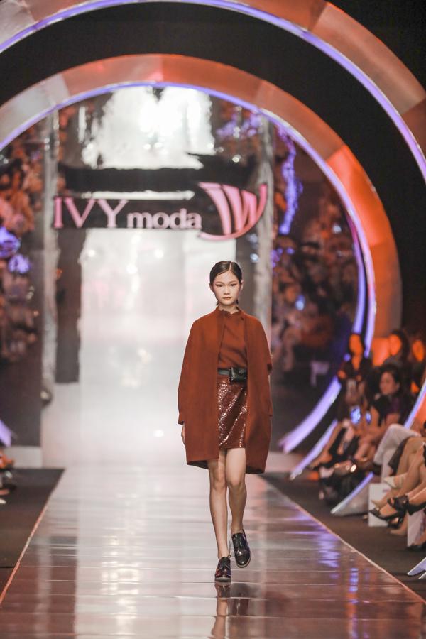 Ngoài trang phục IVY kids cá tính, các bé gái phá cách với những chiếc túi đeo hông sành điệu.