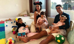 C. Ronaldo khoe ảnh vui vầy bên vợ con
