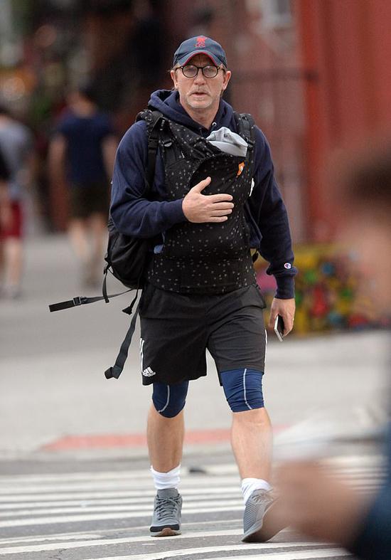 Daniel Craig một mình địu con gái đi chơi trên đường phố New York vào sáng chủ nhật, 14/10.