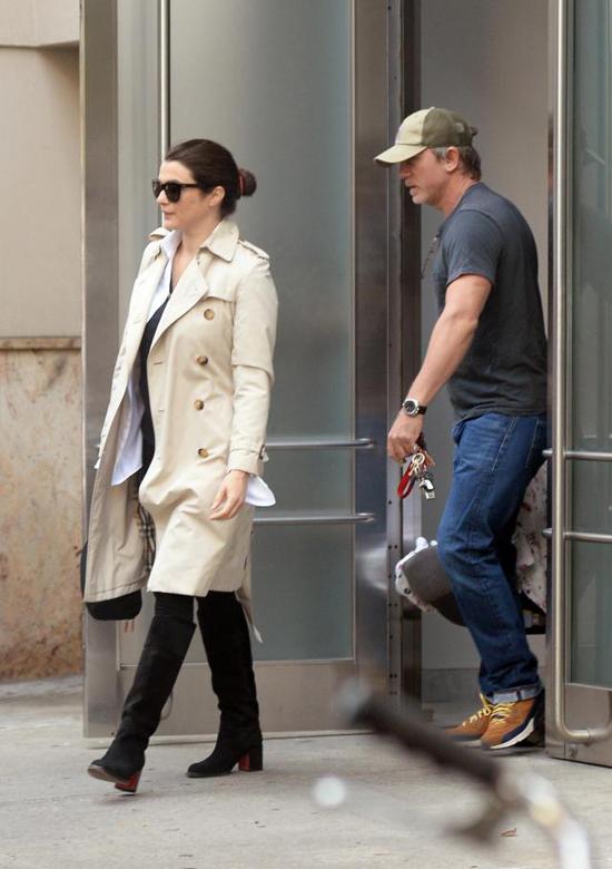 Daniel và bà xã Rachel Weisz được trông thấy đưa con ra phố lần đầu hôm 26/9.