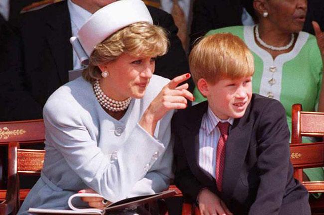 Công nương Diana khi còn sống dự một sự kiện cùng con trai Harry. Ảnh: UK Press.