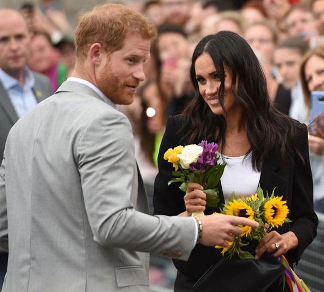 Vợ chồng Harry - Meghan trong chuyến công du Dublin hồi tháng 6. Ảnh: AP.