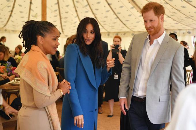 Meghan lần đầu đưa mẹ đẻ, bà Doria Ragland,cùng tham dự sự kiện hoàng gia giúp đỡ các nạn nhân vụ hỏa hoạn tòa nhà Grenfell, hồi tháng 9. Ảnh: AP.