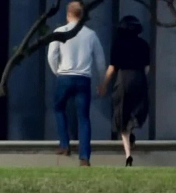 Hoàng tử nước Anh dìu vợ lên bậc thềm vìMeghan đi giày cao gót khi đang mang thai. Ảnh: Nine.