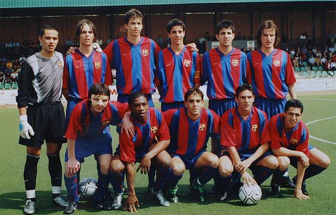 Messi (đầu tiên từ trái qua, hàng trước), Pique (thứ ba từ trái qua, hàng sau) và Fabregas (thứ hai từ phải qua, hàng sau) trong màu áo đội trẻ của Barca.