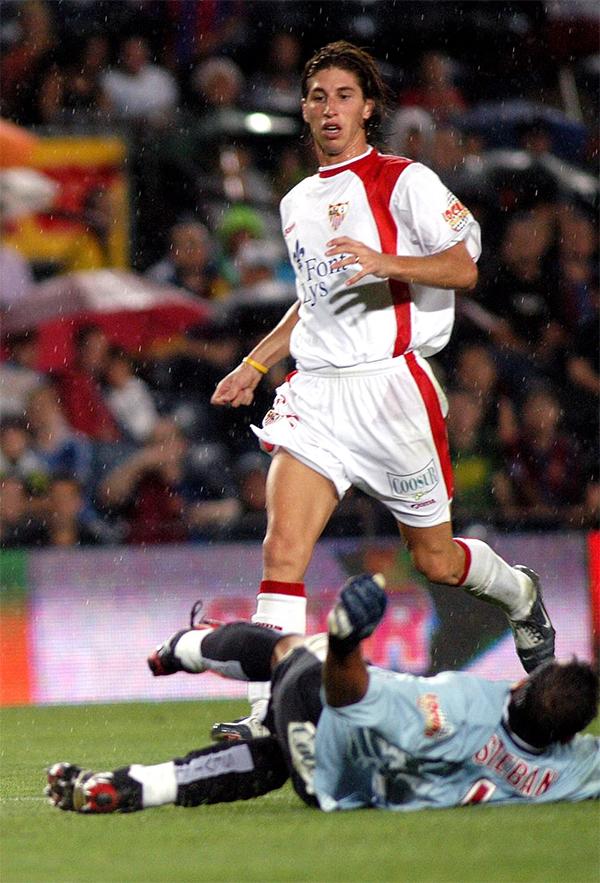 Sergio Ramos trong màu áo đội trẻ của Sevilla.