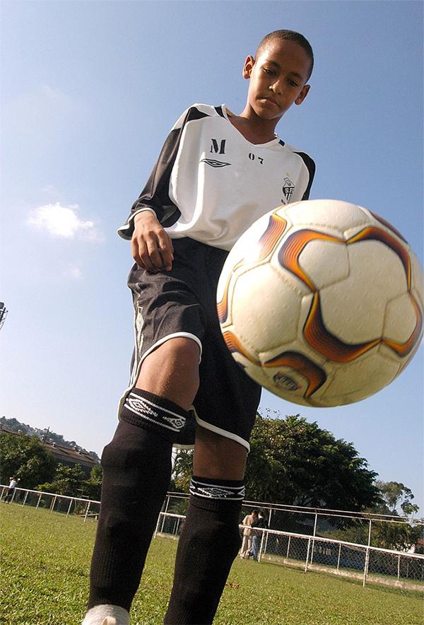 Neymar khi 15 tuổi. Lúc đó, anh được đào tạo ở CLB Santos.