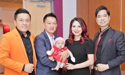 Vợ chồng Thanh Thảo bế con gái 3 tháng tuổi sang Pháp