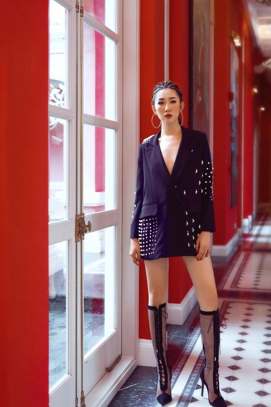 Ngoài các mẫu trang phục in họa tiết động vật hoang dã, nữ diễn viêncòn chọn thêm kiểu blazer dress đang được các fashionista thế giới ưa chuộng ở mùa thu năm nay.