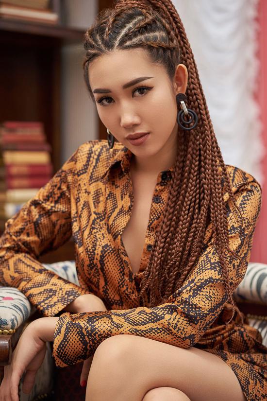 Trong bộ ảnh vừa thực hiện,Thúy Ngân chọn các kiểu trang phục hot trend để thể hiện sự sành điệu và tạo điểm nhấn mới lạ so với phong cách trước đây.