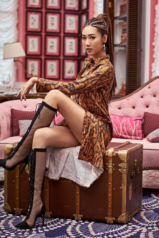Nữ diễn viên cho biết, trang phục, phụ kiện in họa tiết da thú đanglà xu hướng được nhiều tín đồ thời trang yêu thích bởi nó giúp người mặc toát sự cá tính, mạnh mẽ.