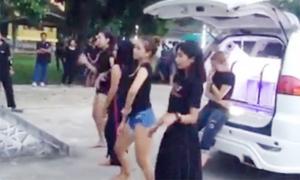 Bốn cô gái Thái Lan nhảy sexy trong đám tang bạn