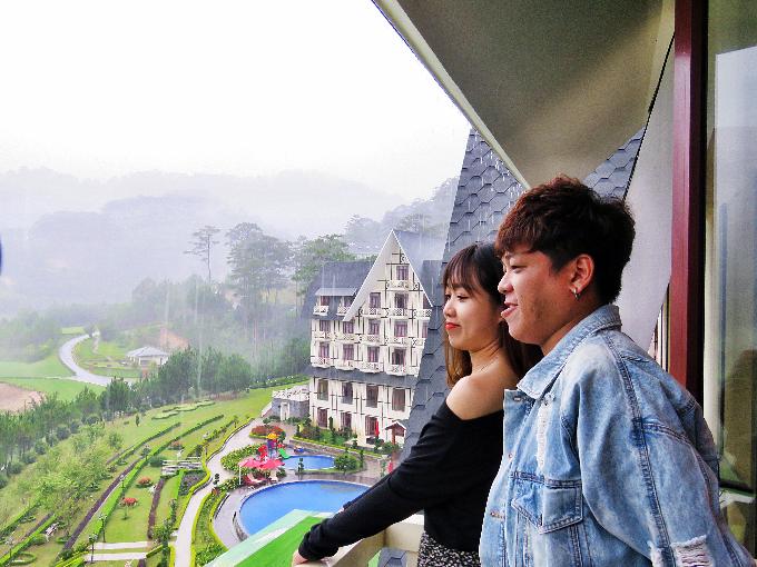 Cặp đôi Tân Trề và Uyên Lê ngắm nhìn toàn cảnh Đà Lạt thơ mộng từSwiss-Belresort Tuyền Lâm.