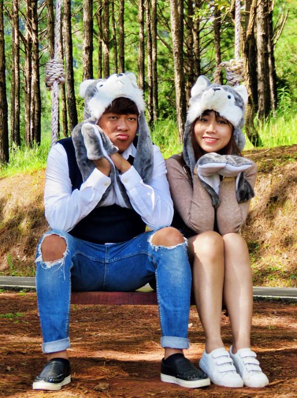 Vợ chồng Tân Trề và Uyên Lê hài hước chụp ảnh trên đồi thông.