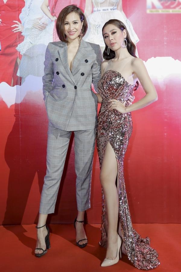 Siêu mẫu - MC Phương Mai (trái) chọn trang phục vest cá tính đến dự chương trình. Phong cách đối lập của cô và diễn viên Nam Thư thu hút sự chú ý tại sự kiện.