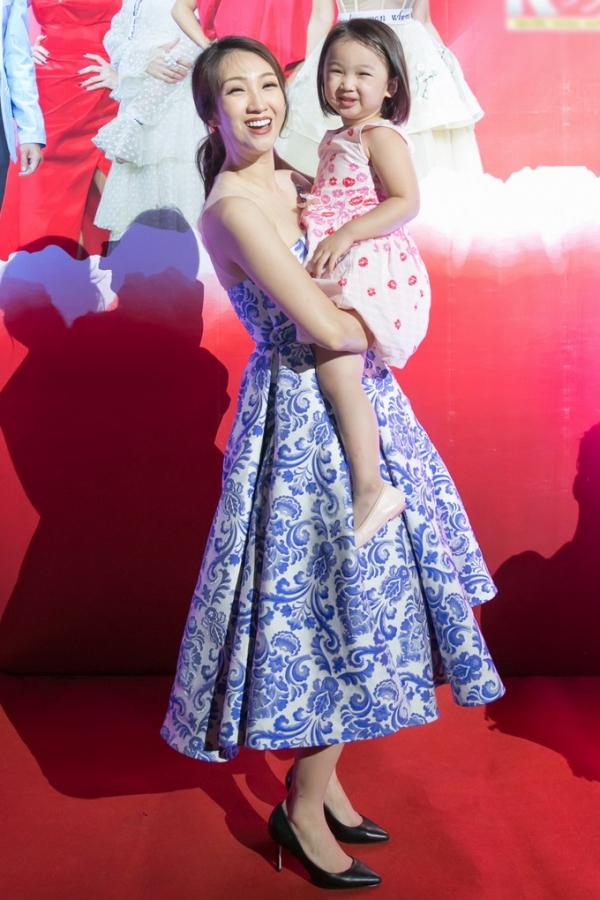 Lều Phương Anh đưa bé Nghé - con gái đầu lòng - đi làm cùng mẹ.