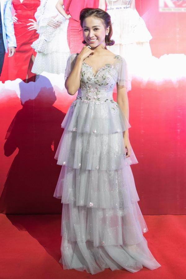 MC Vân Hugo diện váy xếp tầng cầu kỳ.