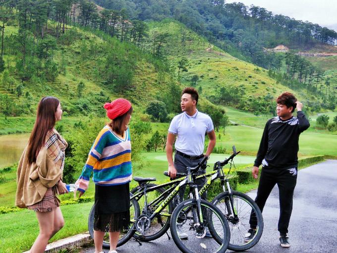 Nhân ngày Phụ nữ Việt Nam 20/10, Thanh Duy và Tân Trề rủ bà xã Kha Ly và Uyên Lê tới khu phức hợp khách sạn và dịch vụSAM Tuyền Lâm Golf & Resorts Đà Lạt nghỉ dưỡng, vui chơi.