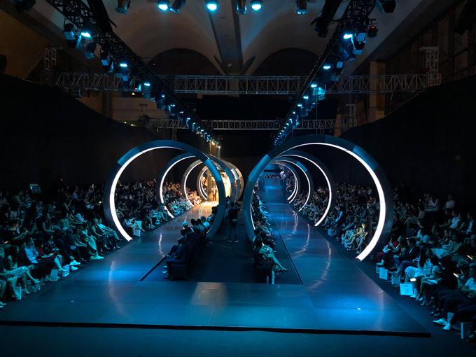 Sân khấu:  Sân khấu của IVY moda năm nay được đầu tư lớn để mang lại hiệu ứng thị giác và cảm xúc chân thật cho người xem. Thiết kế các mái vòng và chất liệu màu bạc tạo cảm giác về một vùng đất tương lai, chứa đựng những điều mới lạ, có phần gai góc, cá tính.