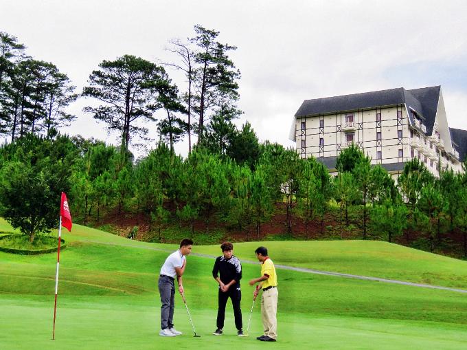 Trong khi hai bà vợ thư giãn tại spa, hai ông chồng tìm tới sân golf để thử tài với trò chơi quý tộc.SAM Tuyền Lâm Golf Club là nơi các golf thủ vừa có thể thử thách bản thân, vừa tận hưởng những tiện nghi vàdịch vụ sang trọng. Sân có 18 lỗ được thiết kế và xây dựng theo tiêu chuẩn quốc tế với chiều dài hơn 7.200 yards, trang bị đầy đủ hệ thống dịch vụ hiện đại. Ngoài ra, sân golf này còn sở hữu Club House riêng, nằm cạnh Swiss-Belresort Tuyền Lâm, Đà Lạt và SAM Tuyền Lâm Resort. Đây là nơi các golf thủvừa có thể thử thách bản thân, vừa nghỉ dưỡng và tận hưởng những tiện nghi,dịch vụ sang trọng.