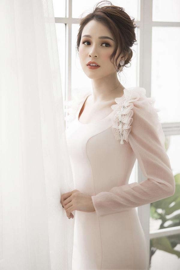 Mới đây, cô có dịp làm việc với nhà thiết kế Đỗ Longđể thực hiện bộ ảnh mới, nhằm gợi ý những mẫu váy dự tiệc cho phái đẹp trong những ngày thu.