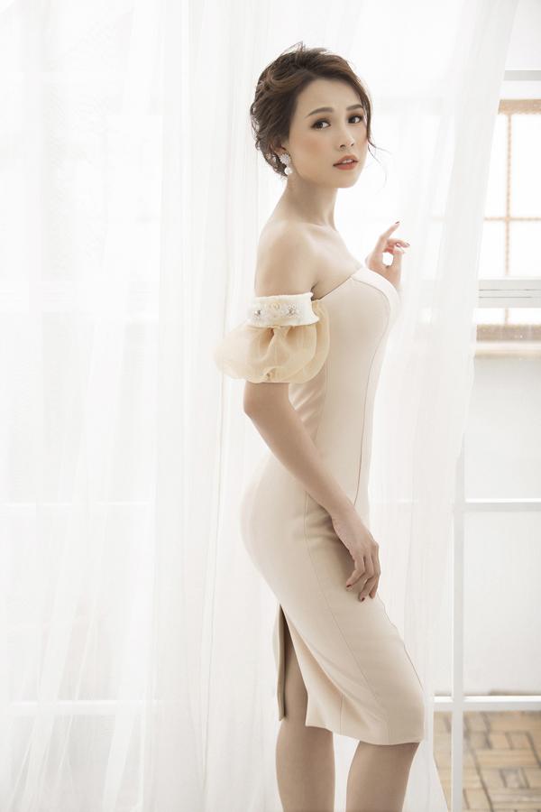 Bộ sưu tập được thực hiện trên nền chất liệu cotton, tơ tăm, organza, đi kèm với kỹ thuật cắt may tỉ mỉ, draping tinh tế tôn vẻ đẹp hình thể cho người mặc.