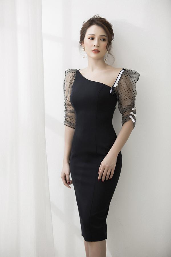 Các chất liệu vải xuyên thấu như lưới chấm bi, ren được chọn lựa để mang tới sự nhấn nhá uyển chuyển cho từng bộ trang phục.