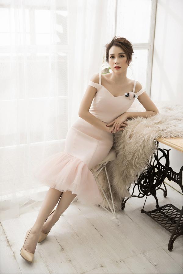 Những chiếc váy với cổ áo được cắt xẻ táo bạo, điểm xuyến bằng họa tiết ren mỏng tôn lên sự gợi cảm của người phụ nữ.
