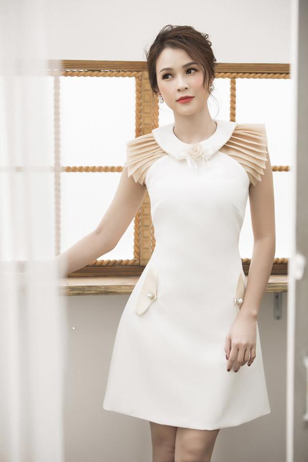 Cựu hot girl Sài Thànhkhẳng định, cô ưu tiên lựa chọn những thiết kế đơn giản, thoải mái nhưng thể hiện đúng phong cách thanh lịch mà mình đang theo đuổi.