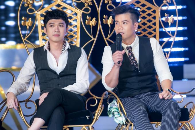 MC Minh Xù (trái), ca sĩ Đinh Mạnh Ninh là hai thành viêncòn lại của bảng nam.